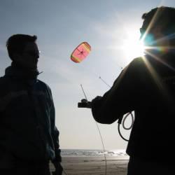 Powerkiten is een fantastische sport en ideale introductie van de kitesport; binnen een uur leert u de vlieger te beheersen en ervaart u de kracht en techniek die hierbij komt kijken!