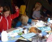 Altijd een succes, knutselen en kliederen bij ons op het strand. Schelpen, zand, verf, potloden, scharen, papier en lijm.